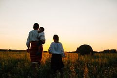 Familie: de moeder en de zoon en de dochter lopen langs het gebied Zij zijn gekleed in geborduurde robes royalty-vrije stock afbeeldingen