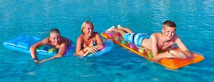Familie in de pool Royalty-vrije Stock Afbeeldingen