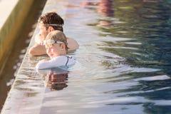 Familie in de pool Royalty-vrije Stock Foto's