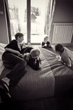 Familie in de slaapkamer   Stock Fotografie