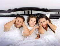 Familie in de slaapkamer Stock Afbeelding