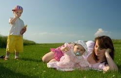 Familie in de weide Stock Foto's