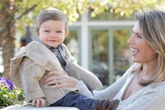 Familie: De Zoon van de moeder en van de Baby Stock Afbeeldingen