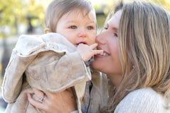 Familie: De Zoon van de moeder en van de Baby Stock Afbeelding