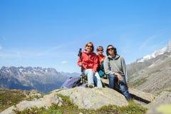 Familie in den Bergen Stockbild