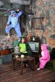 Familie in den bunten Karnevalskostümen im sehr alten Raum stockfotos