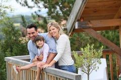 Familie an den Feiertagen in den Bergen Stockfotografie