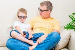 Familie in den Gläsern 3D im Wohnzimmer lizenzfreie stockfotos