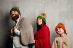 Familie in den Kappen unter Decken lizenzfreies stockfoto