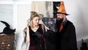 Familie in den Kostümen, die zu Halloween fertig werden Kinderjunge erzählt seinen Eltern schreckliche Geschichten auf Halloween  stock video footage