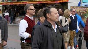 Familie in den nationalen bayerischen Klagen gehend entlang die Straße von Oktoberfest-Festival München, Deutschland stock footage