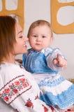 Familie in den ukrainischen nationalen Kostümen stockbilder