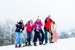 Familie in den Winterferien Sport draußen tuend Stockfotos