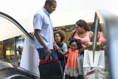 Familie der afrikanischen Abstammung, die zusammen am Kaufhaus kauft stockbild