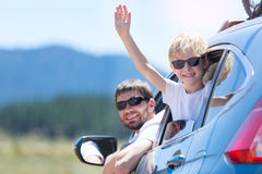 Familie an der Autoreise lizenzfreies stockfoto