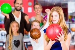 Familie in der Bowlingspiel-Mitte Stockbild