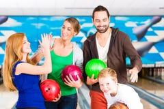 Familie in der Bowlingspiel-Mitte lizenzfreies stockfoto