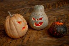 Familie der Halloween-Kürbiskopf-Steckfassungslaterne stockfotos