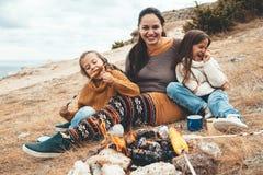 Familie in der Herbstwanderung stockfoto