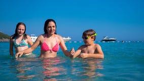 Familie an der Küste stockfoto
