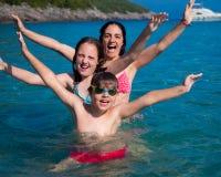 Familie an der Küste lizenzfreie stockfotos