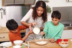 Familie in der Küche Lizenzfreies Stockbild