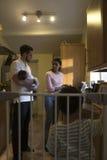 Familie in der Küche stockbilder