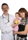 Familie an der Methode im Doktor der Kinder lizenzfreie stockbilder