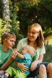 Familie in der Sommernatur Lizenzfreie Stockfotografie