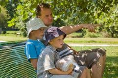 Familie in der Sommerzeit Lizenzfreie Stockbilder
