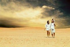 Familie in der Wüste lizenzfreies stockbild