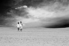 Familie in der Wüste stockfotografie
