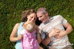 Familie in der Wiese lizenzfreie stockfotos
