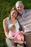 Familie in der Wiese lizenzfreie stockbilder