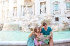 Familie dichtbij Fontana Di Trevi, Rome, Italië De gelukkige vader en de jonge geitjes genieten van Italiaanse vakantievakantie i stock afbeeldingen