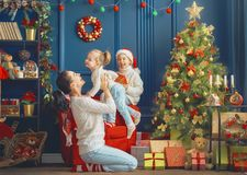Familie dichtbij Kerstmisboom stock fotografie