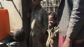 Familie dichtbij waterpunt in Ethiopië stock videobeelden