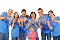 Familie die âWe Liefde Familyâ op handen toont, royalty-vrije stock afbeeldingen