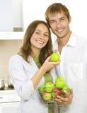 Familie, die Äpfel isst Stockbild