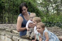 Familie, die über Brücke schaut Lizenzfreies Stockfoto