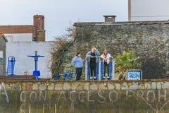 Familie, die Übung an der Front an der Promenade tut Lizenzfreie Stockfotos