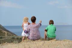 Familie die aan het overzees kijken royalty-vrije stock afbeeldingen