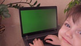 Familie die aan laptop werken stock video
