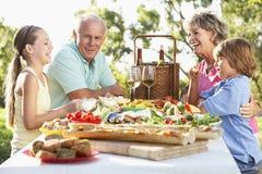 Familie, die Al-Fresko speist stockfoto