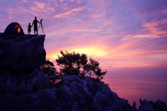 Familie, die allein auf dem Berg kampiert Stockfotos