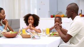 Familie, die Anmut bevor dem Essen sagt stock footage