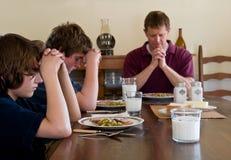 Familie, die Anmut sagt Lizenzfreie Stockfotos