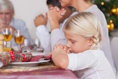Familie, die Anmut vor Abendessen sagt Lizenzfreie Stockfotografie