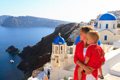Familie, die Ansicht von santorini genießt Lizenzfreie Stockfotos