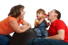 Familie die appel eet Stock Foto's